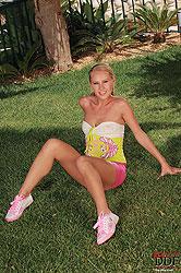 Blonde Zuzana Z yogurting her pussy