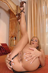 Lecherous babe fingering her holes