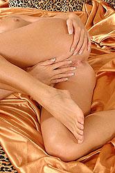 Sexy Joana fingers her moist hole