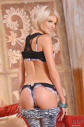 Slim blonde babe Wiska stripteasing