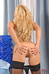 Blonde Kassey Krystal toying pussy
