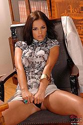 Brunette babe vibrating her clit