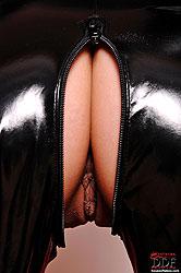 Hot babe Leo´s latex masturbation