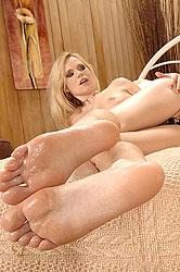 Nesty & Yasmine Gold have feet sex