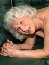 Old lady fucks vintage pussy with fucking machine
