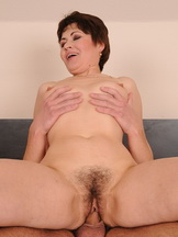 Mature chick invited h young lover for quick fuck