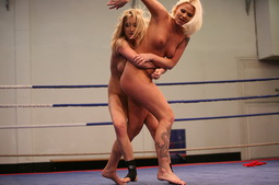 Two lesbo bitches are punching each in catfight