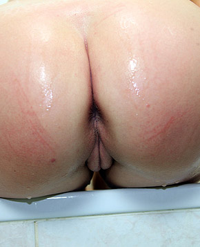 Teenage chick using a shower head to pleasure her snatch