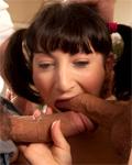 Charlotte de Castille avec des couettes suce 2 bites!