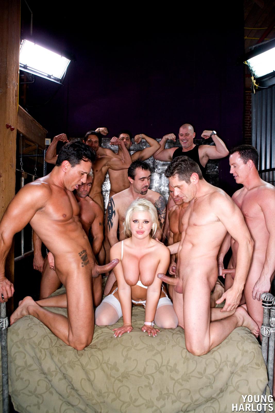 Одна девушка и толпа парней смотреть — img 12