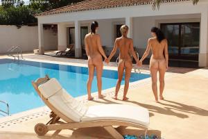 Sultry sunbathing trio licks and fucks huge dildo poolside