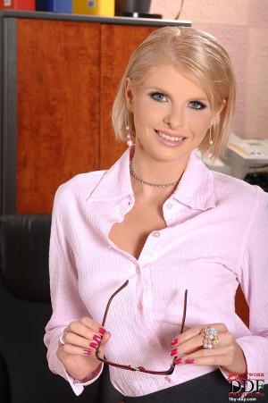 Blonde Wiska masturbating in office