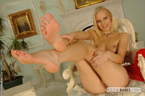 Nice blond babe sucking her toes and lickin her feet