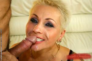 Tattooed mature slut gets fucked her old pussy