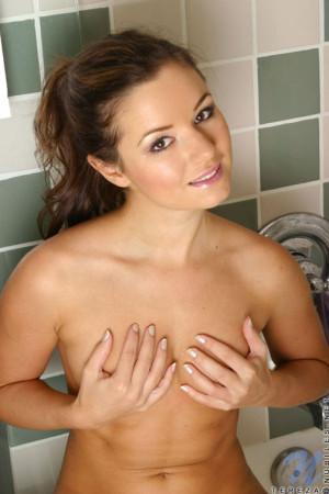 Nubile tereza sits and looks so cute on the tub masturbating