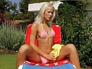 Sunbathing blonde hottie spreads and dildos pussy in garden