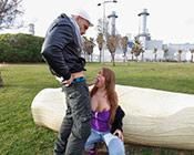 Hanna la chupa en el parque - Cumlouder.com