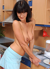 Sexy Anilos Chelsea feeds her moist cougar pussy a hotdog