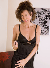 Provocative milf babe pleasures her warm fuck hole with her finger