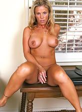 Kayla Synz  Busty bronze tanned anilos beauty stimulates her clitoris with a vibrator