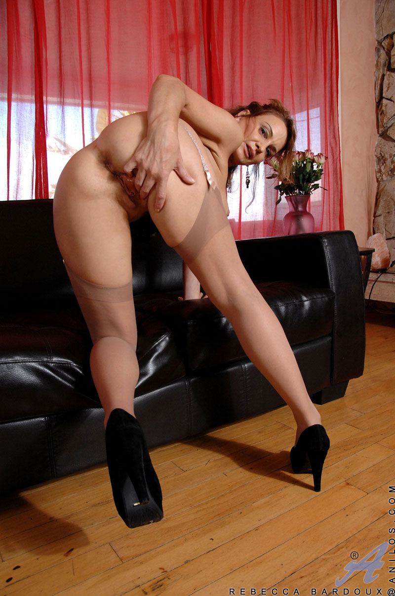 ... spreads her mature pussy and fucks her red vibrator | spicyhardcore