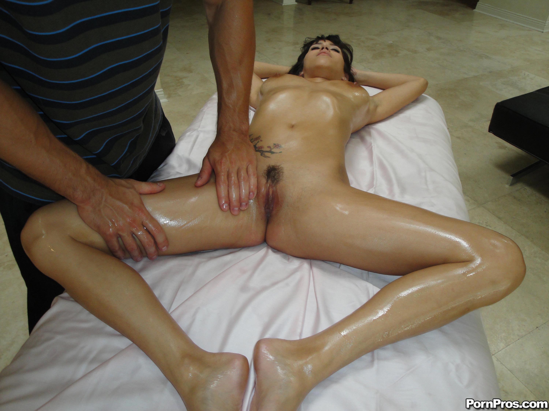 Смотреть голые девушки делают массаж члена 1 фотография