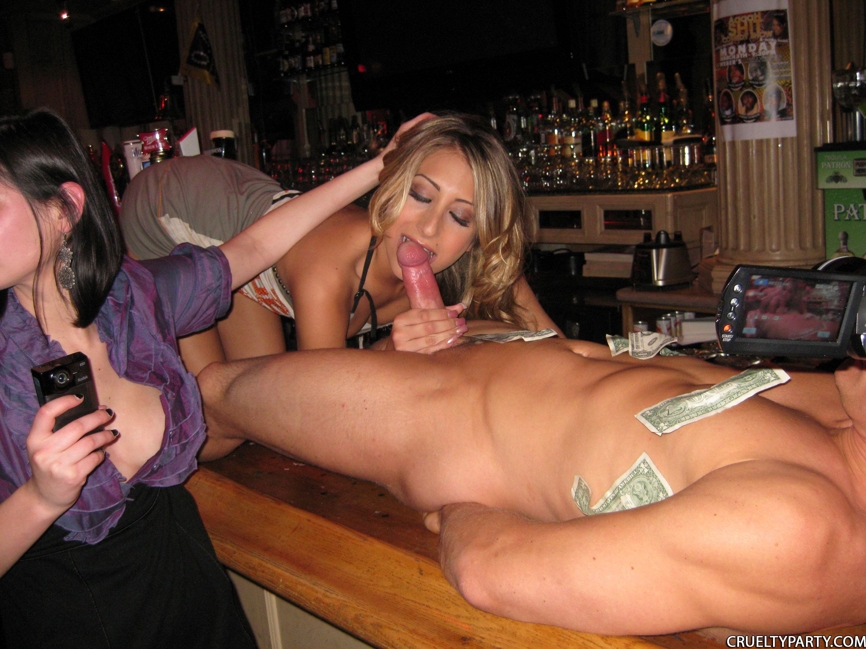 Сосет за клубом порно 9 фотография
