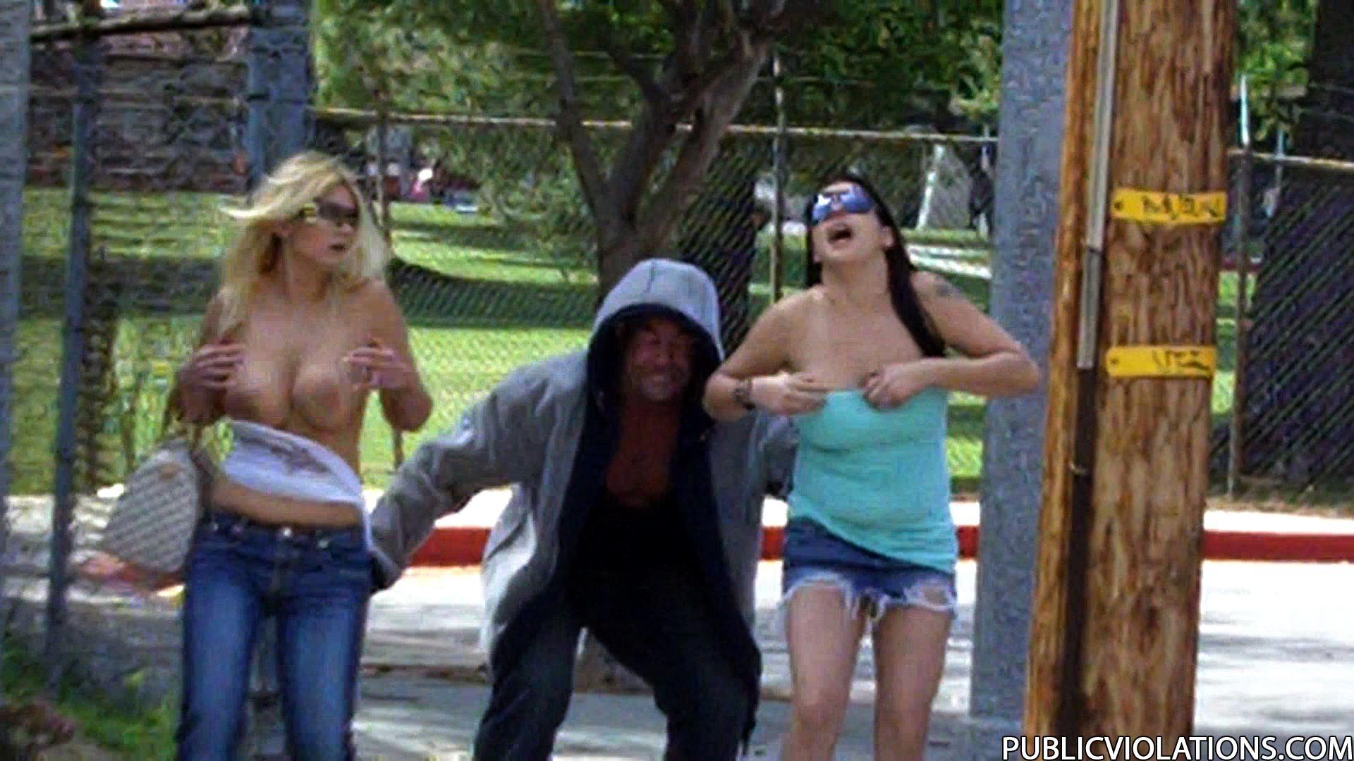 Срываем одежду на публике 1 фотография