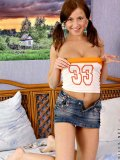 Pont tailed vicky posing her hot tempting body in bed